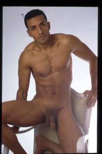 gay nu sur une chaise pour la photo sexe