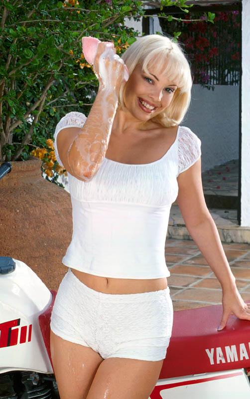 photo femme nue , Krysty prête à laver la moto