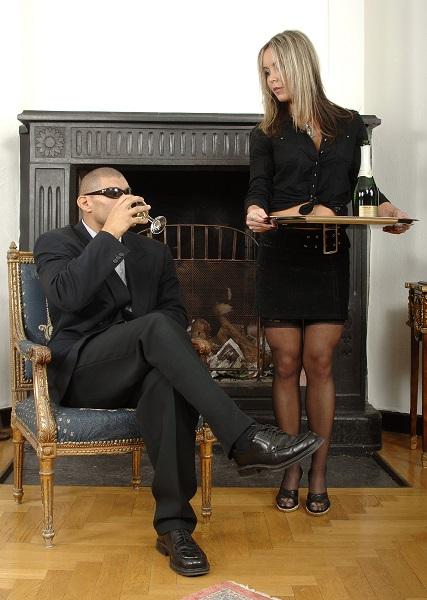femme soumise apporte à boire à son maître