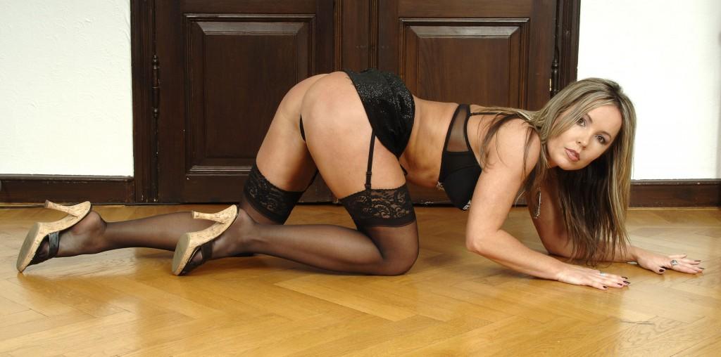 femme soumise à quatre patte prête pour se faire baiser