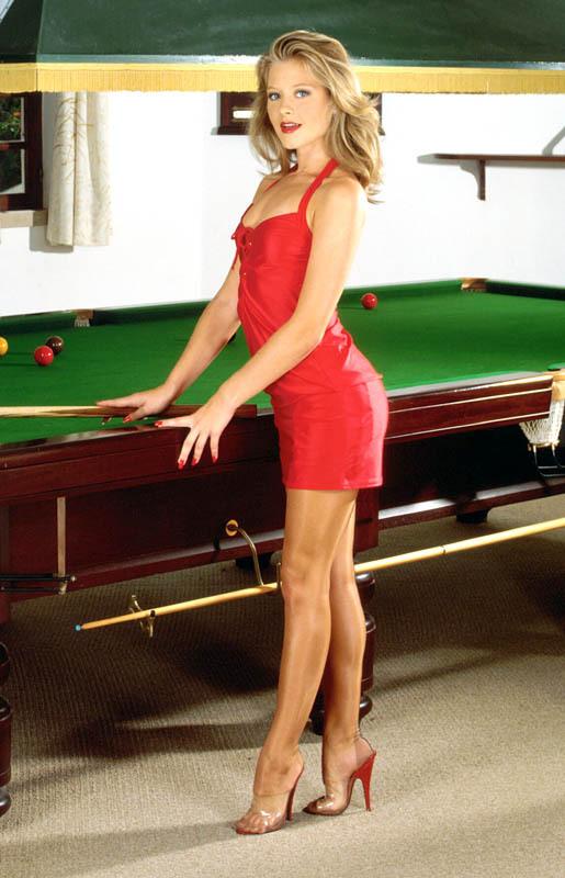Salope blonde attend pour jouer au billard