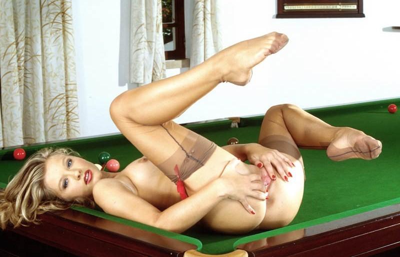 photo femme nue la fille du billard