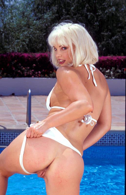 Blonde salope à la piscine beau cul belle chatte