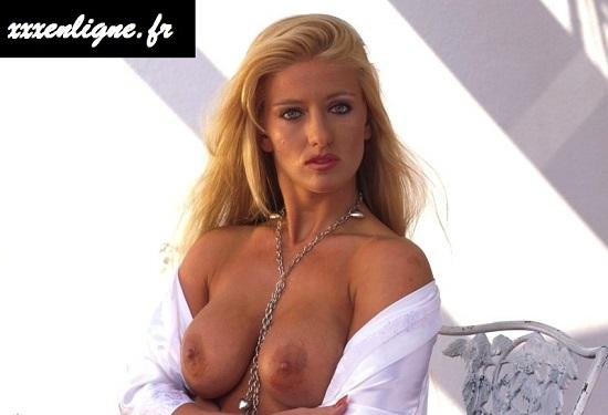 Blonde sexy avec gros seins