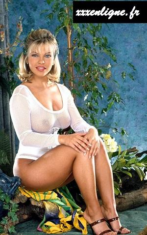 Belle blonde en nuisette transparente