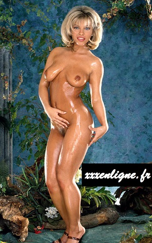 Belle blonde nue dans la jungle