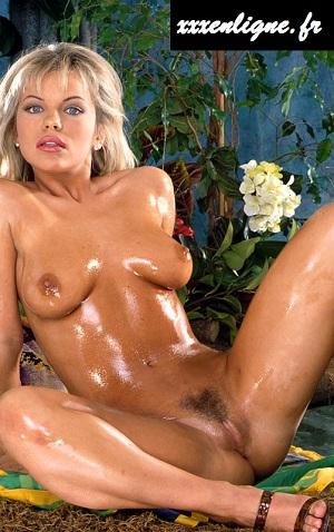 Belle blonde salope nue dans la jungle