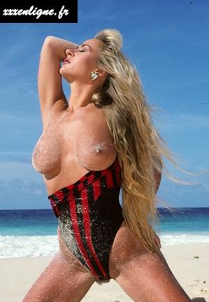 Trinity la blonde aux gros seins à la plage