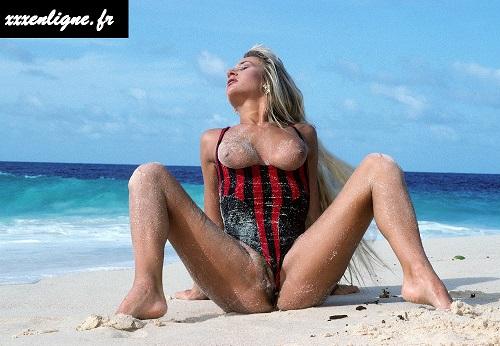 Trinity la blonde aux gros seins sur la plage au soleil