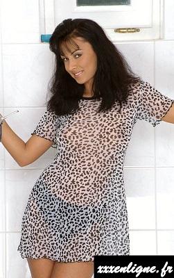 Laura la brune dans sa douche   xxxenligne.fr