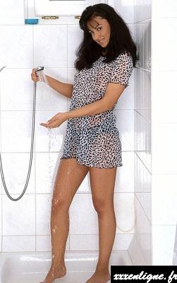 Mise à température de la douche pour la sexy Laura   xxxenligne.fr