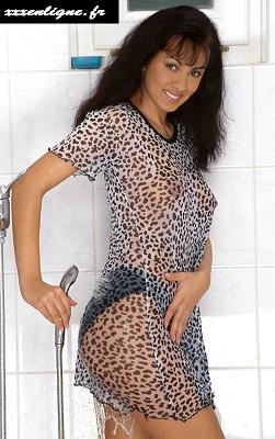 Très excitante cette Laura sous la douche avec ses vêtements mouillés.  xxxenligne.fr