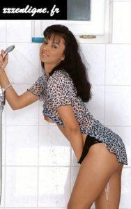 La brune sexy sous la douche xxxenligne.fr