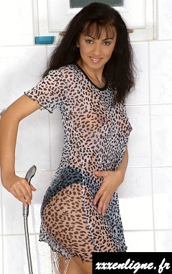 La brune sexy a sa tenue transparente sous la douche xxxenligne.fr