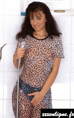 Les seins de Laura a travers sa tenue mouillée xxxenligne.fr