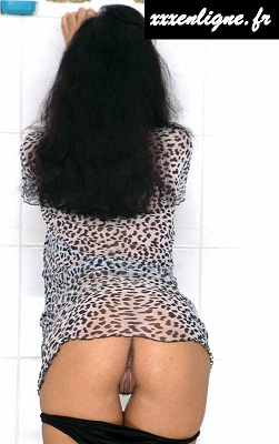 La brune sexy met sa croupe en avant exposant son clito xxxenligne.fr