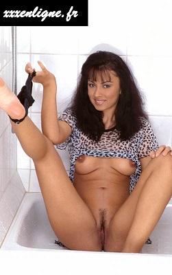 Plus de culotte, clitoris prêt à l'emplois, elle attend que toi la brune sexy xxxenligne.fr